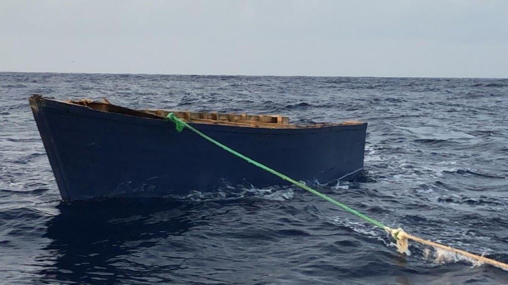 Rescatan 23 dominicanos tras naufragar yola